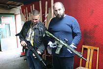 STŘELNICE v Petřvaldě u Karviné, kde s obnovením provozu po uvolnění opatření proti čínské nákaze začala trénovat veřejnost i strážníci a kromě toho tady připravili předváděčku zbraní Walther.