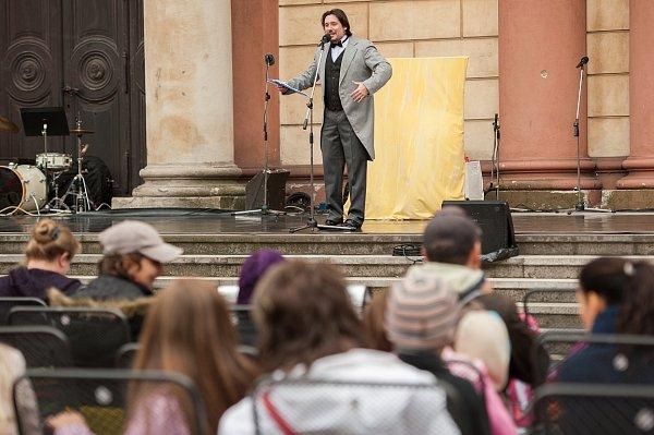 Zahájení divadelní sezóny na náměstí Msgre. Šrámka vOstravě.