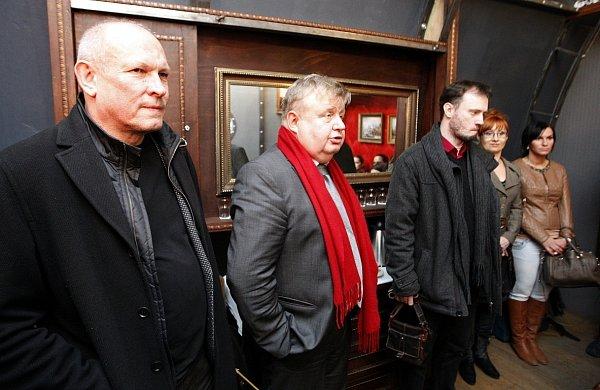 Předseda představenstva Vítkovic Jan Světlík (na snímku uprostřed). Vlevo od něj stojí architekt Jan Pleskot, vpravo ředitel sdružení Trojhalí Karolina Petr Šnejdar.