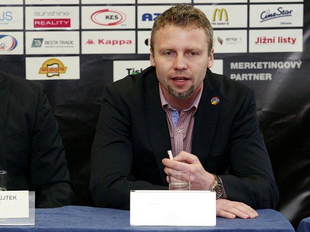 Generální manažer a trenér Vítkovic Jakub Petr.