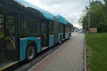 V daném autobusu MHD cestovalo větší množství lidí. Policisté žádají svědky napadení, zejména cestující, aby se neprodleně přihlásili policii.