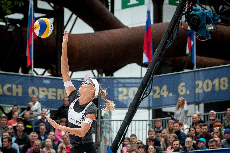 Turnaj Světového okruhu v plážovém volejbalu - zápasy o postup do osmifinále, 22. června 2018 v Ostravě. Na snímku Barbora Hermannová.