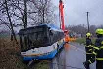 Autobus v Řepištích skončil v příkopu, hasiči nasadili těžkou techniku.