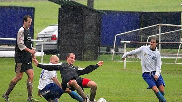 Deštivé počasí z minulého týdne mělo za následek čtyři odložená utkání z víkendového programu I. B třídy, sk. D.
