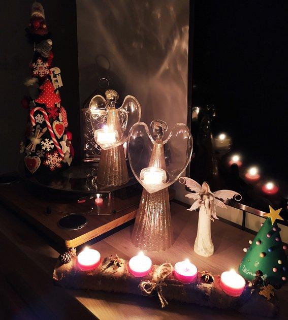 Svíčky za maminku ivšechny další oběti tragédie (těch je nyní už sedm) hoří doma uSylvy Chmelařové.