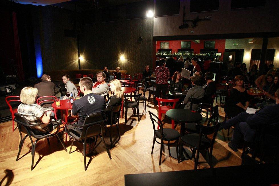 Heligonka. Klub, který Jarek Nohavica sám nazývá svým větším obývákem, kam za ním posluchači přicházejí jakoby na návštěvu.