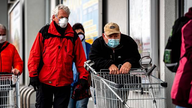 Návrh na otevření obchodů od 22. února je podle Rady vlády pro zdravotní rizika přijatelný. Nutností budou respirátory FFP2 u personálu prodejen.