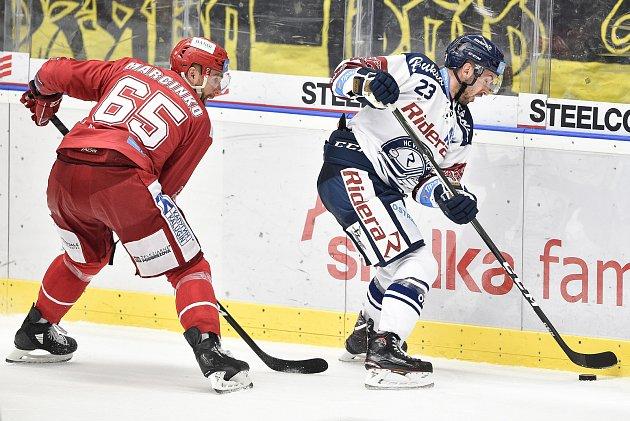 Utkání 7.kola hokejové extraligy: HC Vítkovice Ridera - HC Oceláři Třinec, 3.října 2019vOstravě. Na snímku (zleva) Tomáš Marcinko a Ondřej Roman.