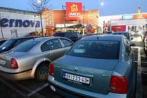 Zaplněné parkoviště signalizovalo zvýšený zájem lidí o předvánoční nákupy