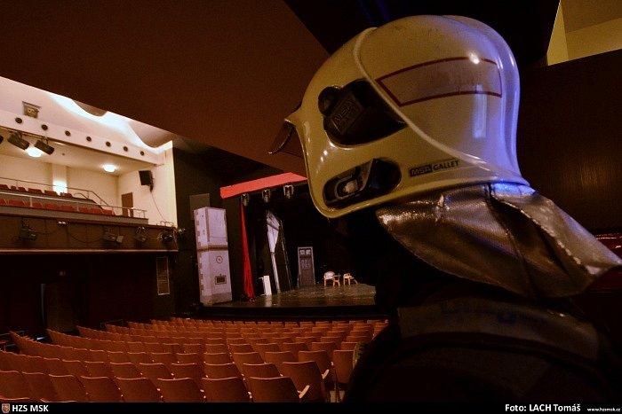 Hustý kouř předčasně ukončil v sobotu odpoledne divadelní představení pražských herců v Kulturním domě města Ostravy v ulici 28. října. V té chvíli se zde hrál muzikál na motivy legendární hudební komedie Trhák.