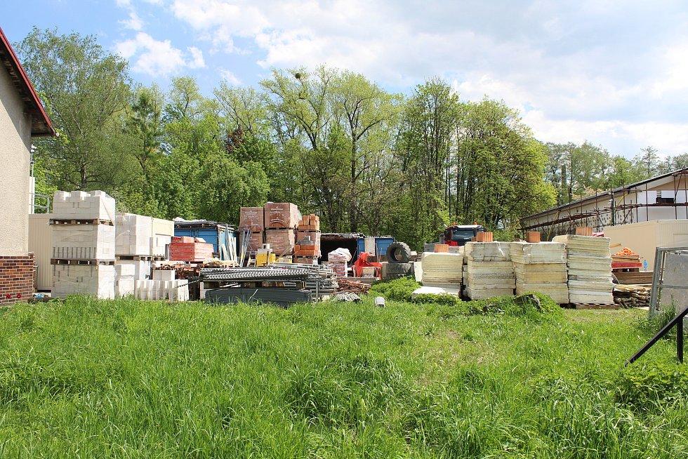 Usedlíkům v Ostravě-Kunčicích se nelíbí záměr výstavby skladovací haly a kácení toho mála lesního porostu, který v okolí je. Obávají se také zvýšení frekvence nákladní dopravy a skladování stavebního materiálu (na snímku).