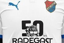 Radegast a Baník slaví 50 let hořkosti. Výroční dresy pomohou životu v řece Bečvě. Foto: Radegast a FC Baník Ostrava