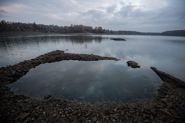 Přehrada Žermanice, listopad 2015.Aktuálně je zásobní objem přehrady naplněn z38 procent. Kmaximální hladině tak vŽermanicích vsoučasnosti zbývá 6,5metru.