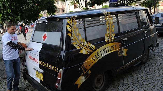 Černobílá retro sanitka s nápisem Náš exodus, váš exitus? přijela v úterý do Ostravy. Přivezla iniciátory výzvy Děkujeme, odcházíme, která varuje i před odllivem lékařů do zahraničí.