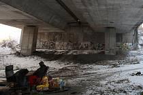 Svou kuchyni i obývací pokoj mají bezdomovci Aleš, Maruška a Dušan pod mostem u Nové Karoliny v Ostravě.