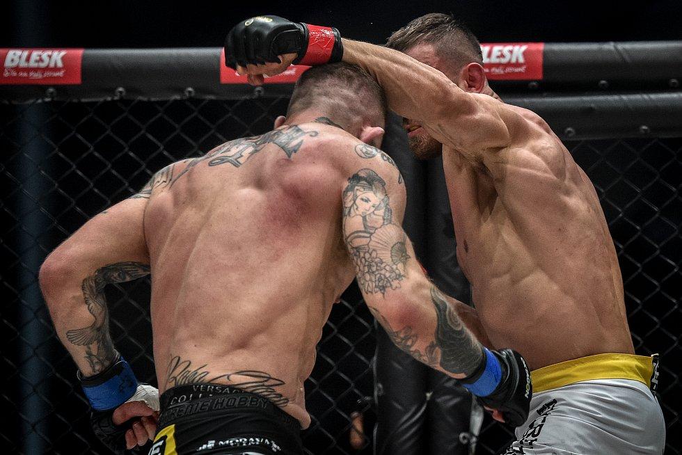 MMA Octagon 11 v Ostravar aréně, 16. března 2019 v Ostravě. Na snímku (v modrem) Václav Mikulášek proti Ondřej Raška.