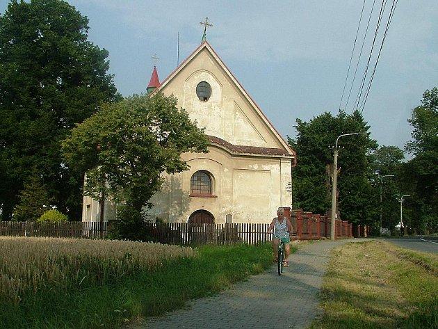 Malý kostelík v Nové Vsi je nejstarším svatostánkem v celé dnešní Ostravě, podle písemných záznamů pochází z roku 1443. U Hrůbků se kostelíku říká proto, že zde byli úkladně zavražděni tři mniši.
