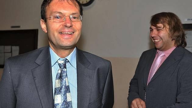 Jeden z obžalovaných, Ivo Žurek (v brýlích), který je u nás propagátorem naturismu, vinu odmítl. Podle něj se šlo o běžná setkání a pořízené fotografie a videa měly sloužit jen k propagaci naturismu. Na snímku se svým obhájcem.