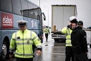 Kontrola autobusů na dálnici D1 u Ostravy.