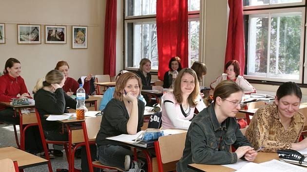 Rada kraje doporučila ředitelům krajem zřizovaných středních škol, aby v prvním kole přijímacích zkoušek využila jednotné přijímačky Cermat. Na snímku studentky ISŠ Český Těšín.