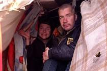 DOMA sice Mirka s Pavlem jsou, ale přece jen zůstávají venku ve stanu, byť v ústraní od ostatních obyvatel.