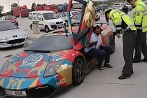 Zhruba stovka sportovních automobilů projela v rámci mezinárodního závodu Gumball 3000 i ostravským úsekem dálnice.