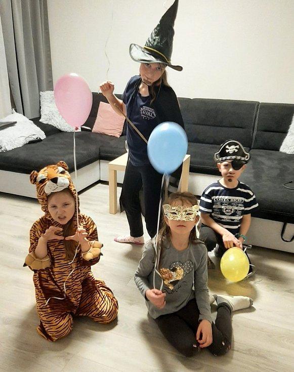 Snímky účastníků Maškarního plesu. Poslala Lenka Šmírová.