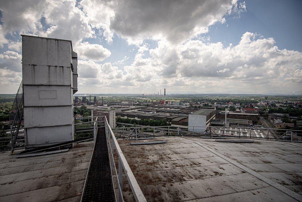 Odborná firma rozebere 84 metrů vysoký plynojem MAN který stojí na ulici 1. máje, snímek z 14. června 2021. Plynojem je už přes 10 let nevyužitý. Pohled na Vítkovice.