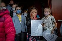 Poslední školní den a rozdání vysvědčení na základní škola Ostrčilova, 26. června 2020 v Ostravě. Ilustrační snímek.