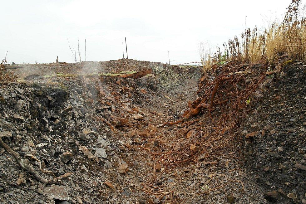 DOUTNAJÍCÍ odval, uvnitř několika málo hald na Ostravsku totiž stále prohořívá uložený materiál, týká je se to Heřmanické i Emy.