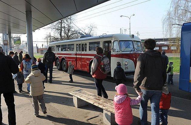 Sobotní projižďky historickým trolejbusem na trase Ostrava hl. nádraží, ZOO , Michalkovice využilo nebyvalé množství zajemců o toto nevšední svezení.