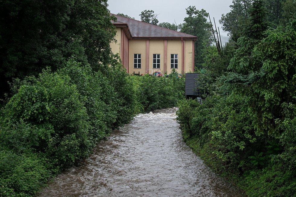 Povodňový stupeň na řece Ropičanka která leží v obci Smilovice v okrese Frýdek-Místek, 21. června 2020.