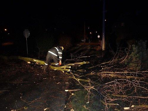 Zásahy hasičů v Moravskoslezském kraji ve čtvrtek večer při odstraňování následků silného větru.