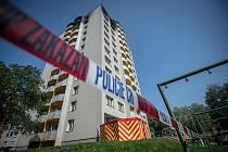 Panelový dům v Bohumíně následující den po požáru bytu, při kterém v sobotu 8. srpna 2020 zahynulo 11.