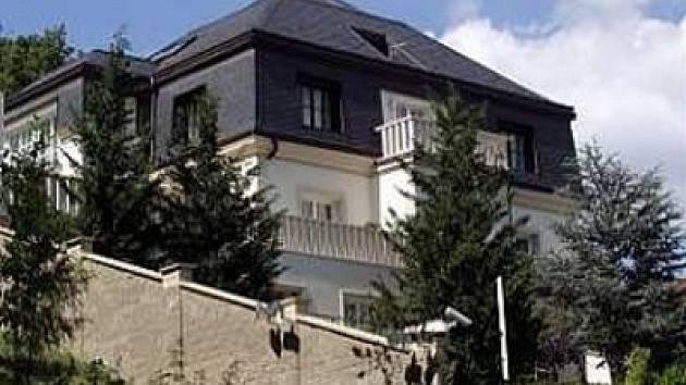 Proslulá vila Radovana Krejčíře, do které vtrhlo policejní komando. Podnikateli se z ní přesto podařilo utéct.