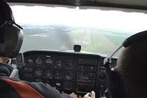 Pohled z kabiny letadla