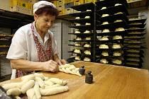 Pekaři mají v těchto dnech plné ruce práce s pečením vánoček. Denně jich napečou až čtyři tisíce.