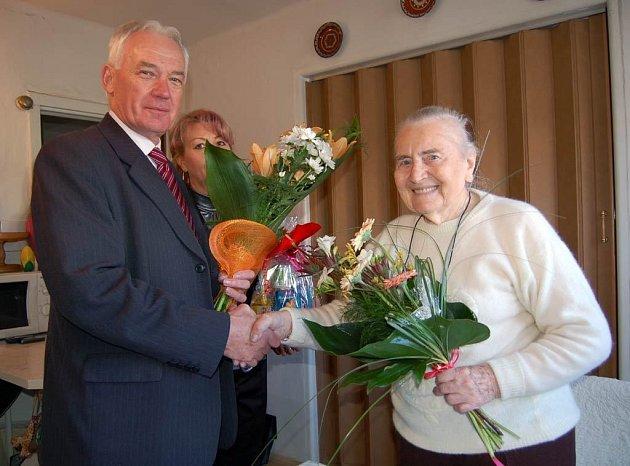 Paní Marie Čapková při oslavě svých stých narozenin.