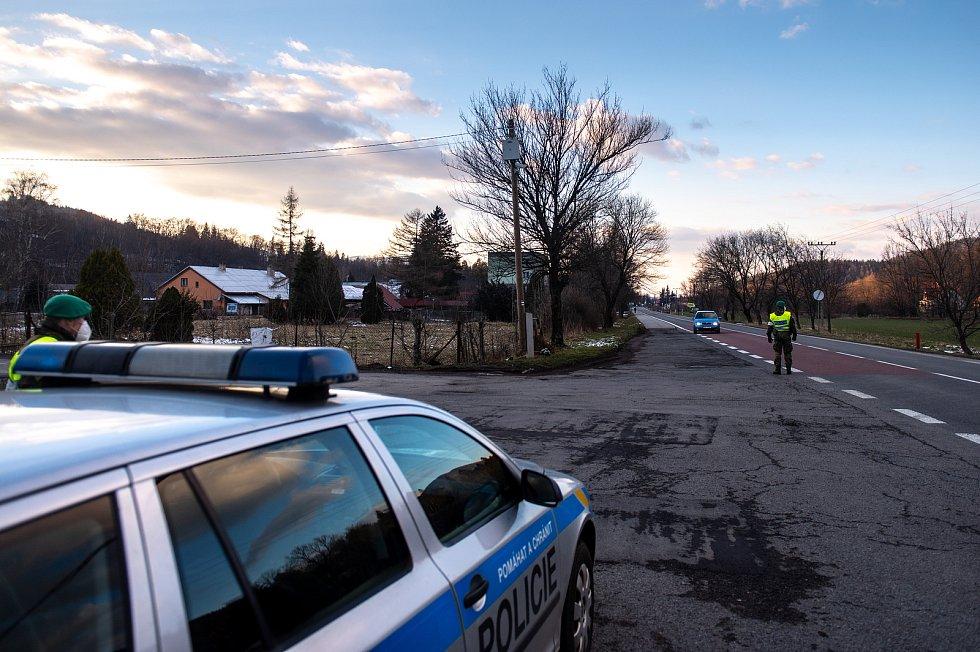 Policie ČR a vojáci začali nařízením vlády ČR kontrolovat, jestli lidé dodržují nová protiepidemická opatření omezující volný pohyb mezi okresy. 6. března 2021 na Ostravici.