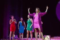 V růžovém Petra Kocmanová jako Ivana Trumpová. Z generálky inscenace.