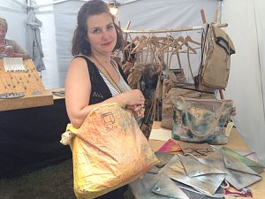 LUCIE POUBOVÁ ukazuje některé ze svých výrobků Relu.