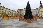 Příprava vánočních trhů na Masarykově náměstí v Ostravě.
