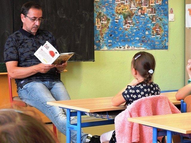 Místostarosta čte dětem na ZŠ J. Valčíka Ostrava