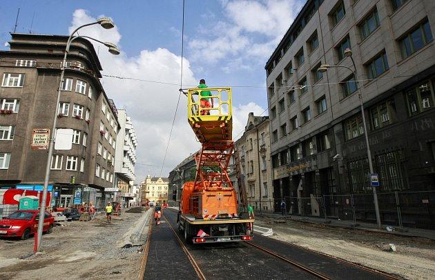 Pokládka kolejí a jejich zalití asfaltem jsou hotovy. Teď se práce přesunou do vozovky a kvýstavbě nástupišť uzastávky Elektra.