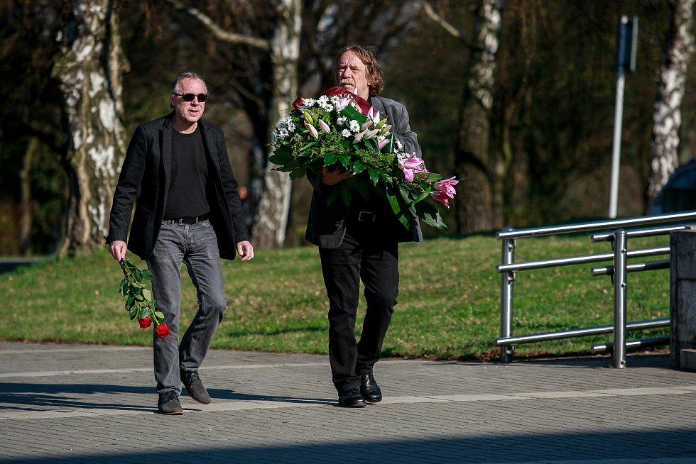 Jaromír Nohavica dorazil také na pohřeb Věry Špinarové.