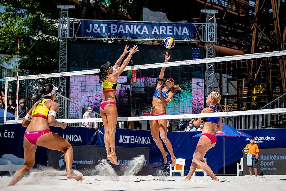J&T Banka Ostrava Beach Open, 3. června 2021 v Ostravě. Zleva Eduarda Santos Lisboa (BRA), Agatha Bednarczuk (BRA), Martina Williams (CZE), Marie Sára Štochlová (CZE).