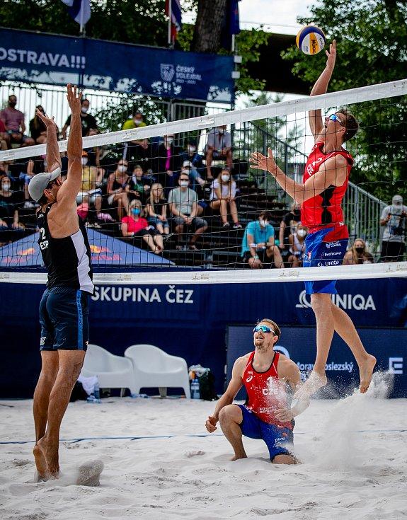 J&T Banka Ostrava Beach Open, 3. června 2021 v Ostravě. Zleva César Menéndez Ortego (ESP), Ondřej Perušič (CZE) a David Schweiner (CZE).