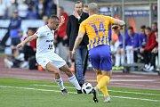 Utkání 29. kola první fotbalové ligy: FC Baník Ostrava - Slezský fotbalový klub Opava, 21. dubna 2019 v Ostravě. Na snímku (zleva) Denis Granečný a Jan Schaffartzik.