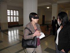 Bývalé obchodní zástupkyni (na snímku vlevo se svou obhájkyní) hrozí v případě uznání viny až deset let vězení.