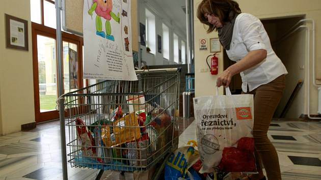 Sbírka potravin jako pomoc pro chudé.